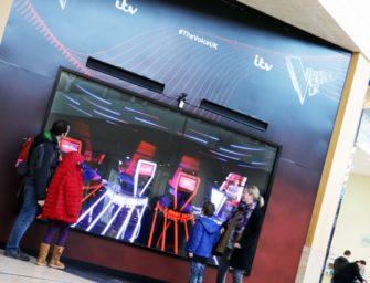Тренеры «Голоса Великобритании» разворачиваются к покупателям в DOOH-рекламной кампании канала ITV
