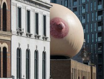 В Лондоне установили гигантскую грудь, чтобы привлечь внимание к проблеме грудного вскармливания