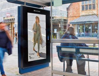 Sainsbury's устроила в Великобритании показ мод на «чувствующих» погоду билбордах
