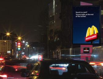 McDonald's дразнит британских водителей трафикозависимой наружной рекламой