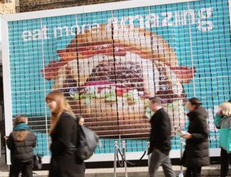 Deliveroo создал в Лондоне билборд из гамбургеров