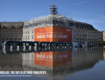Брандмауэр easyJet в Бордо можно прочитать лишь в отражении в воде