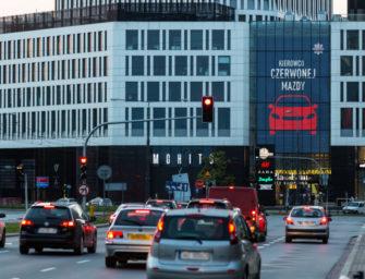 DOOH реклама предупреждает польских водителей о выключенных фарах