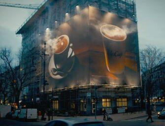 McCafé соблазняет берлинцев брандмауэром с парящей чашкой кофе