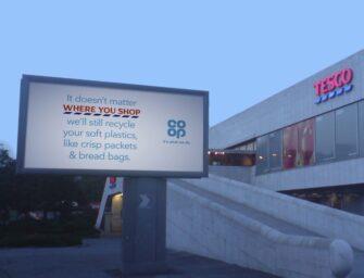 Британский ритейлер Co-op разместил рядом с магазинами конкурентов наружную рекламу о переработке пластика