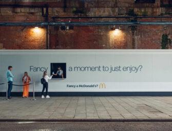 McDonald's отметил день рождения МакФлури раздачей десерта из… билборда